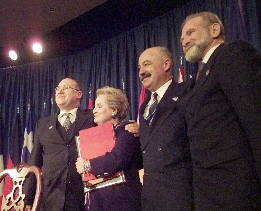 Ministryně zahraničí Madeleine Albright se smlouvo