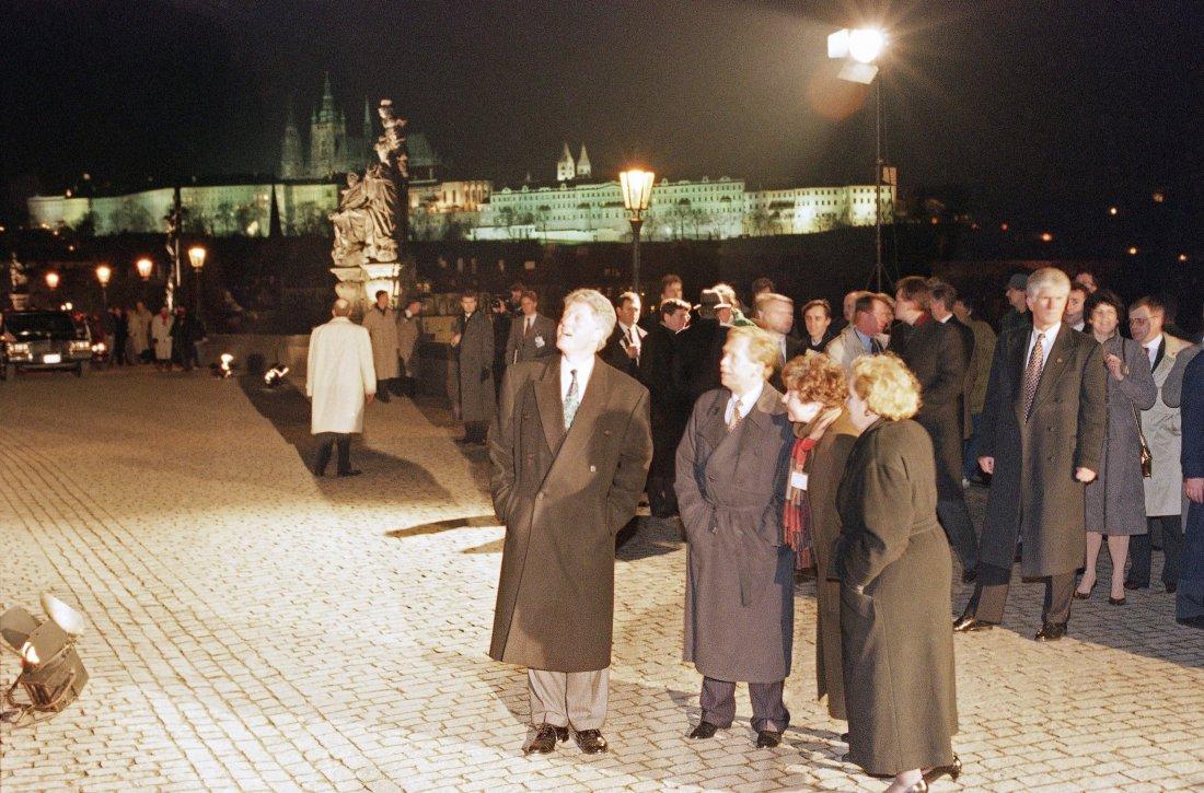 Prezident Bill Clinton si prohlíží spolu s Václave