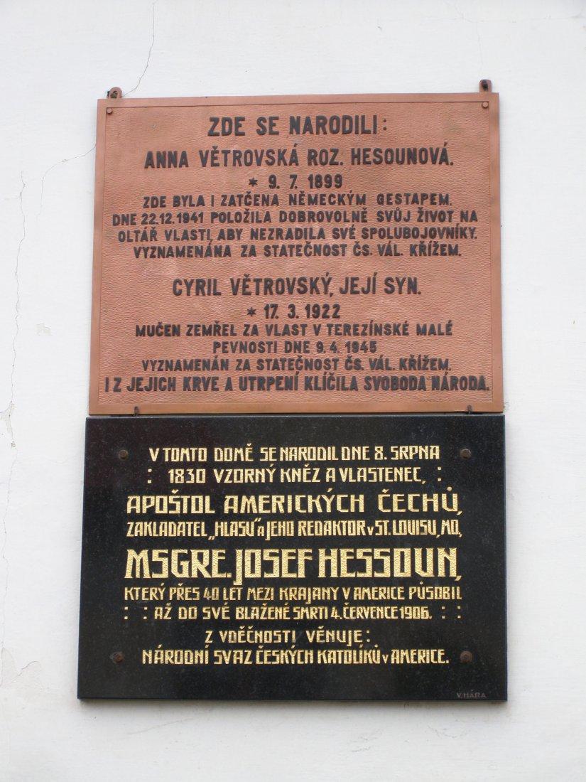 Desky na rodném domě Josefa Hessouna ve Vrcovicích