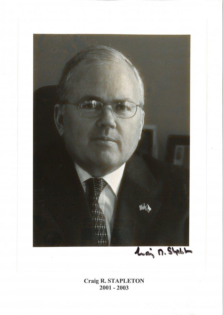 Velvyslanec Craig R. Stapleton na oficiální fotogr