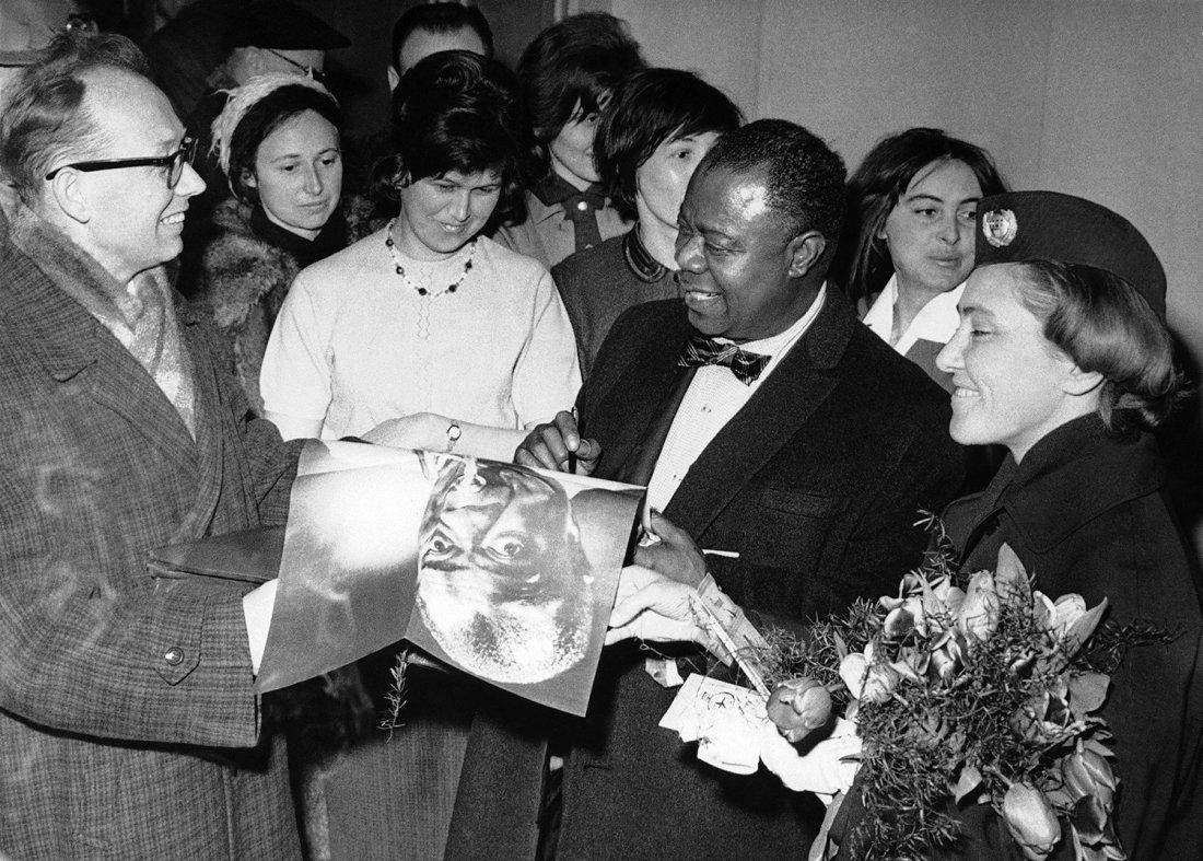 Louis Armstrong potěšil v Praze svým podpisem mnoh