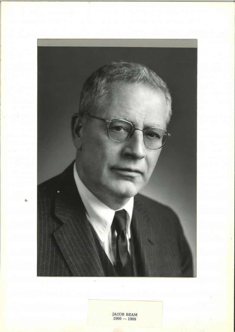 Americký velvyslanec Jacob D. Beam pomohl řadě rod