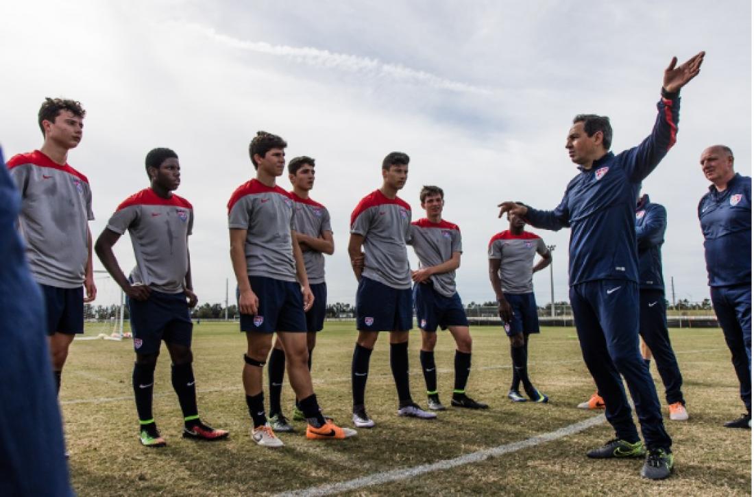 Příprava mladých amerických fotbalistů na utkání v