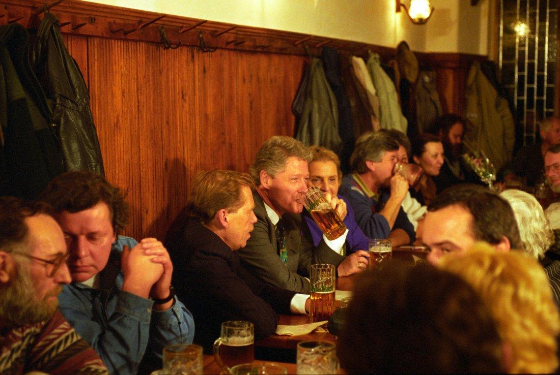 Americký prezident Bill Clinton pije pivo v restau