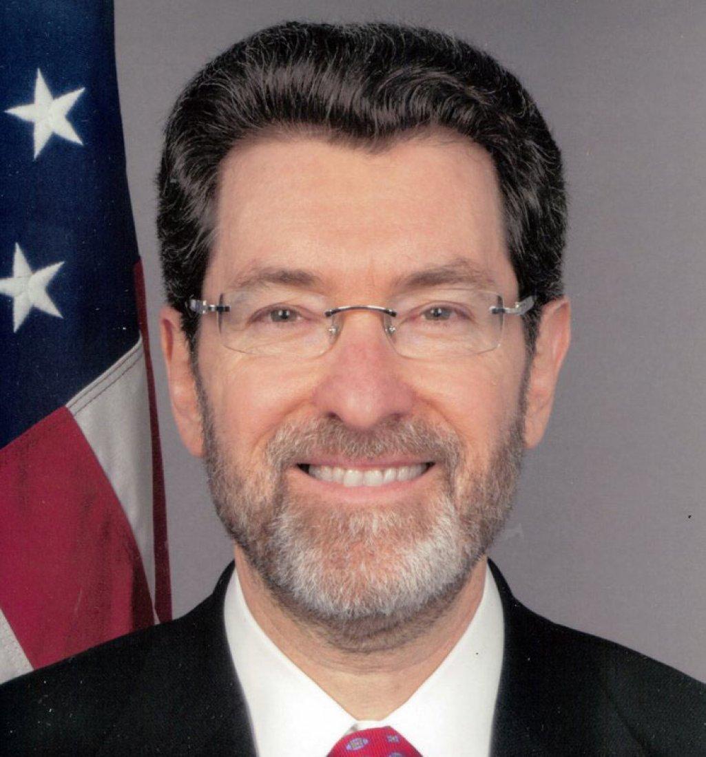 Velvyslanec Norman L. Eisen