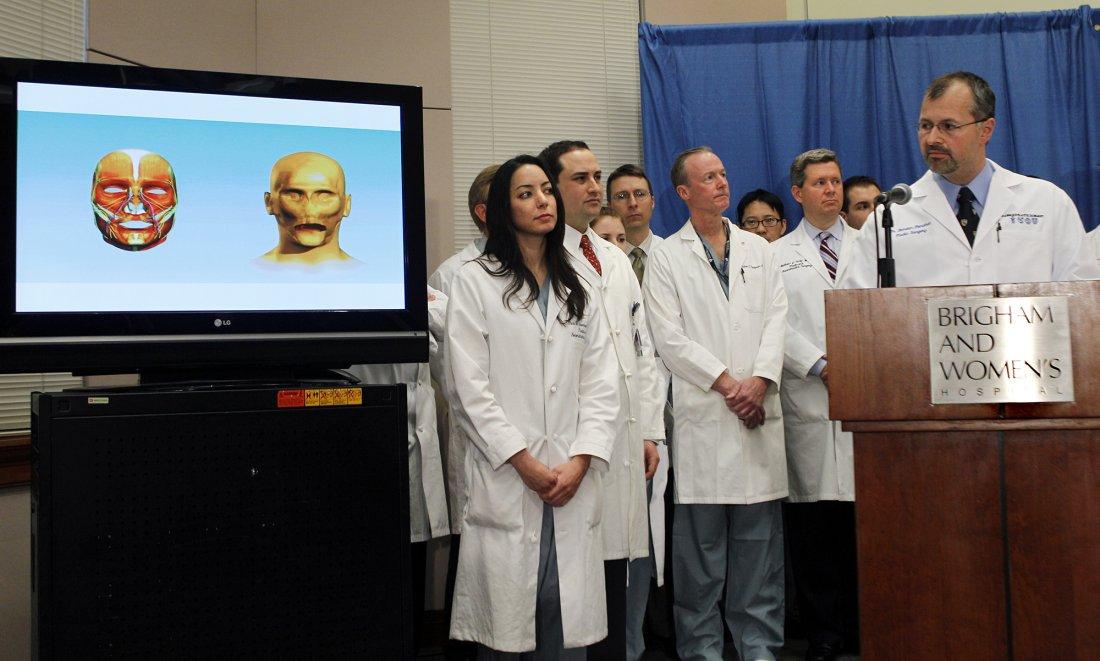 Bohdan Pomahač vysvětluje v bostonské nemocnici ro
