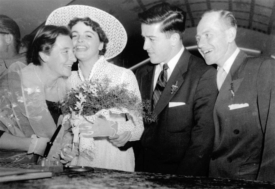Harold a Olga přijímají gratulace od Emila Zátopka