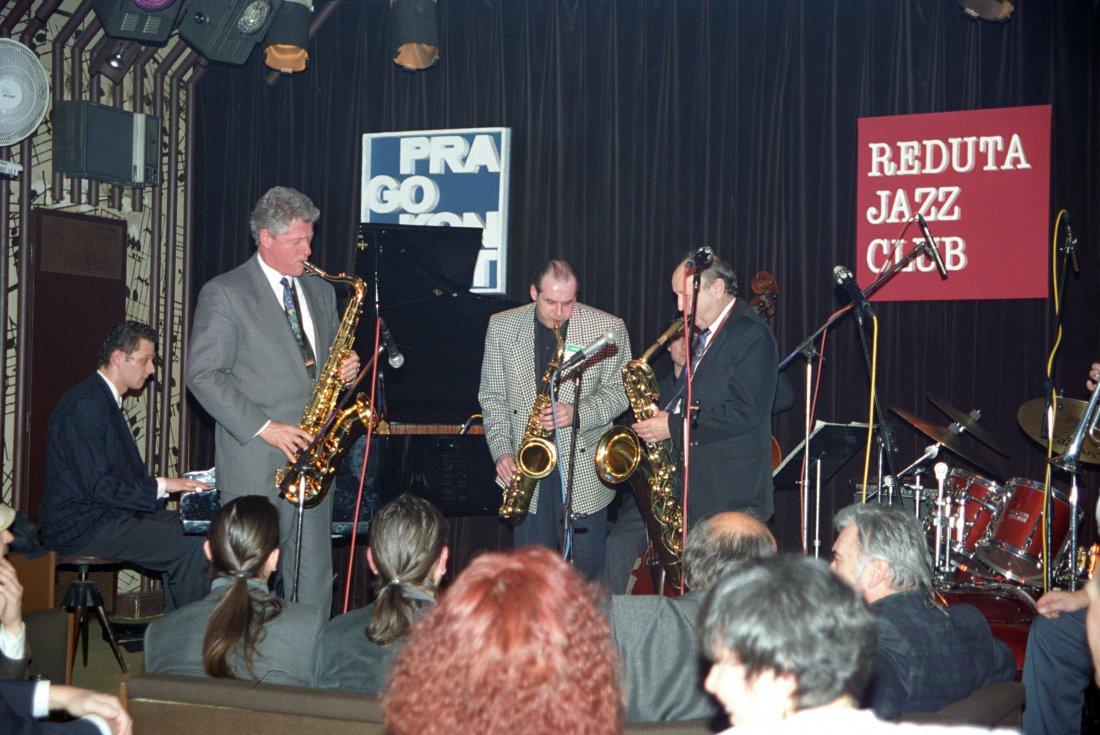 Americký prezident Bill Clinton hraje v jazzovém k