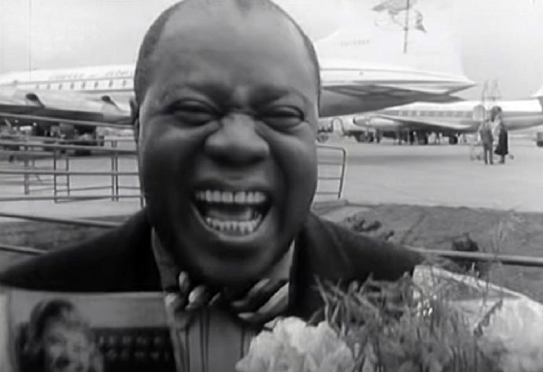 Louis Armstrong po příletu do Prahy, kde pobyl cel